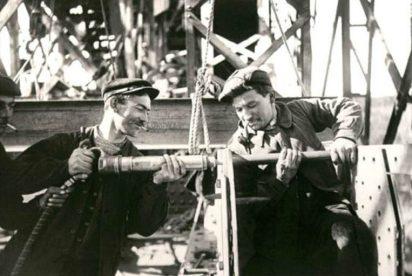 Ouvriers-réalisant-le-rivetage-avec-un-marteau-pneumatique-et-une-bouterolle-et-un-tas